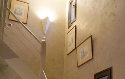 Escalier devenu contemporain par l'inox et les cables